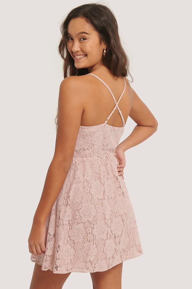 Dusty Pink Koronkowa Sukienka Krzyżowana Z Tyłu