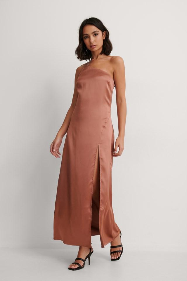 Pink Asymetryczna Satynowa Sukienka Z Rozcięciem Z Boku